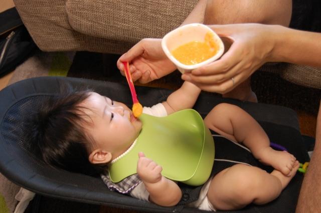 知らなきゃ危ない!? 赤ちゃんの食べ物の正しい切り替え時期