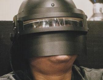 顔がでかい人が違ったマスクをしている画像