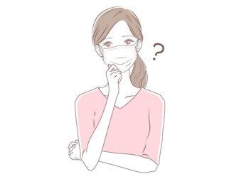 マスクをした女性が顎に手を当てて首を傾げているイラスト